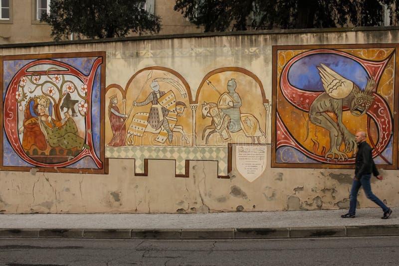 väggmålning Målad vägg med medeltida teman Carcassonne france arkivbilder
