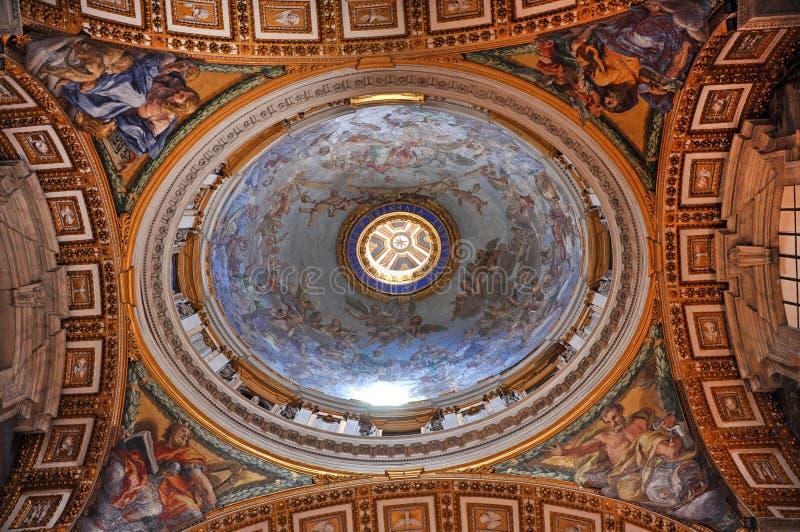 Väggmålningar, mosaik och målningar på taket av Stet Peter b royaltyfria foton