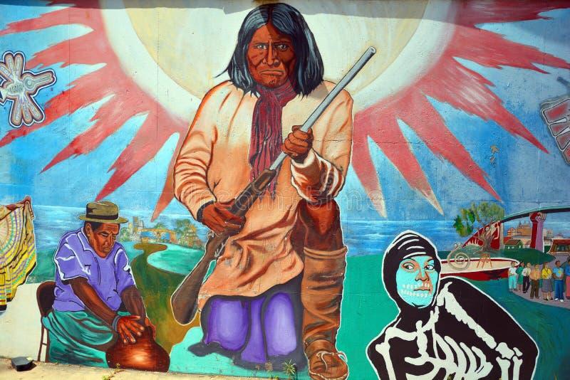 Väggmålningen berättar berättelsen av mexikanamerikanfolk royaltyfri foto