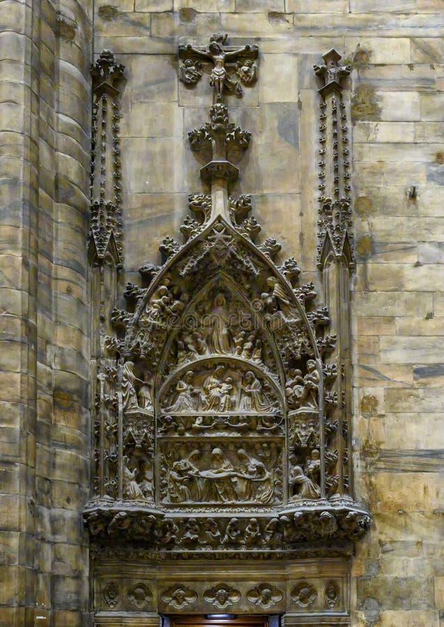 Väggskulptur av de tolv stationerna av korset inom Milan Cathedral, domkyrkakyrkan av Milan, Lombardy, Italien arkivfoto