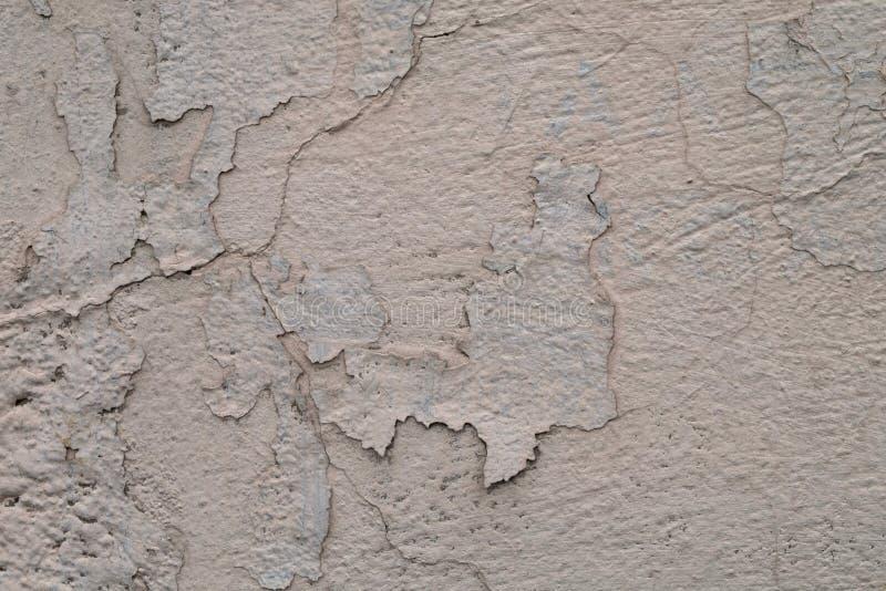 Väggtextur med skalningsmålarfärg och sprickor arkivbild