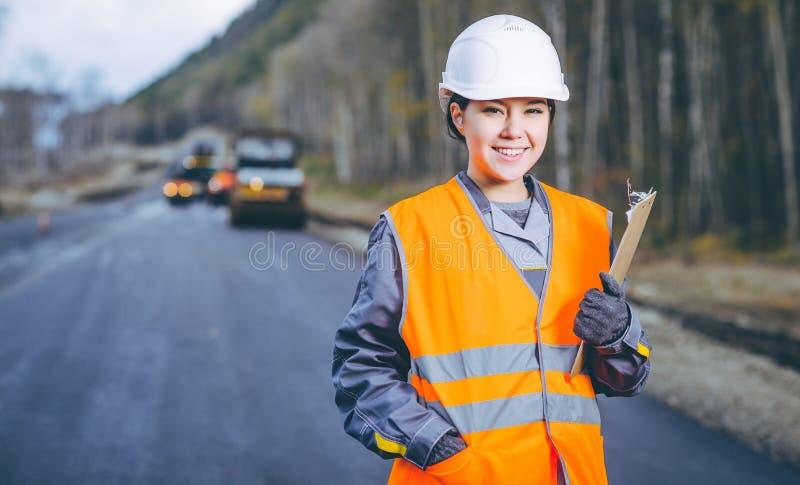 Vägkonstruktion för kvinnlig arbetare arkivbilder