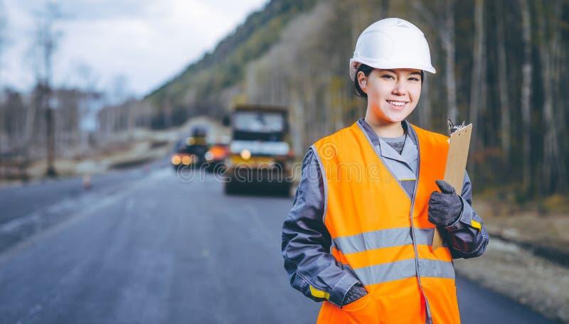 Vägkonstruktion för kvinnlig arbetare royaltyfri bild
