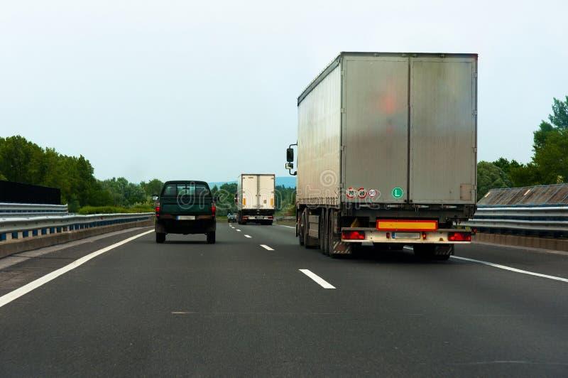 väglastbilar arkivfoton