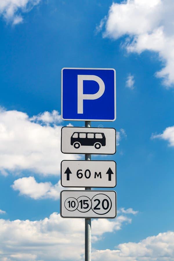 Vägmärke för en avgiftparkering på en bakgrund för blå himmel royaltyfri foto