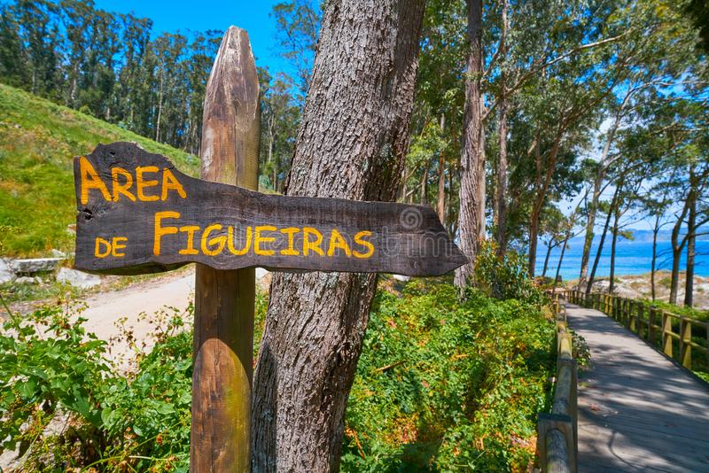 Vägmärke för Figueiras nudiststrand i den Islas Cies ön arkivbilder