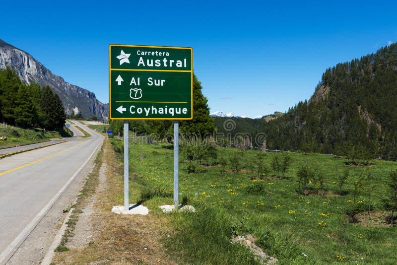 Vägmärke i Carreteraen Autral nära staden av Coyhaique i Chile royaltyfri foto