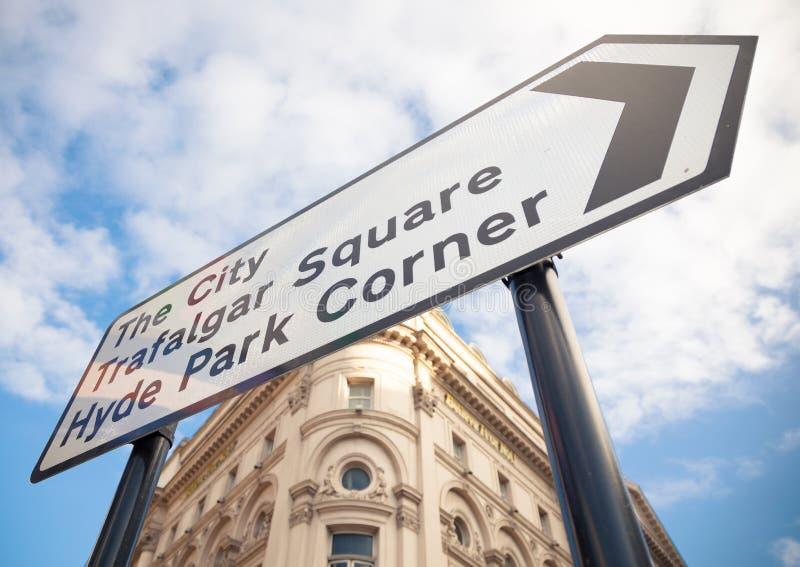 Vägmärke i centrala London arkivfoton