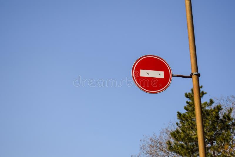 Vägmärke inget tillträde mot den blåa himlen och träden fotografering för bildbyråer