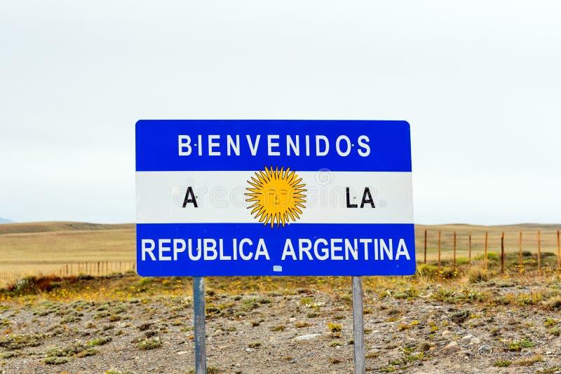 Vägmärke med inskriften 'Bienvenidos, Republica Argentina ', Calafate, Patagonia, Argentina royaltyfria foton