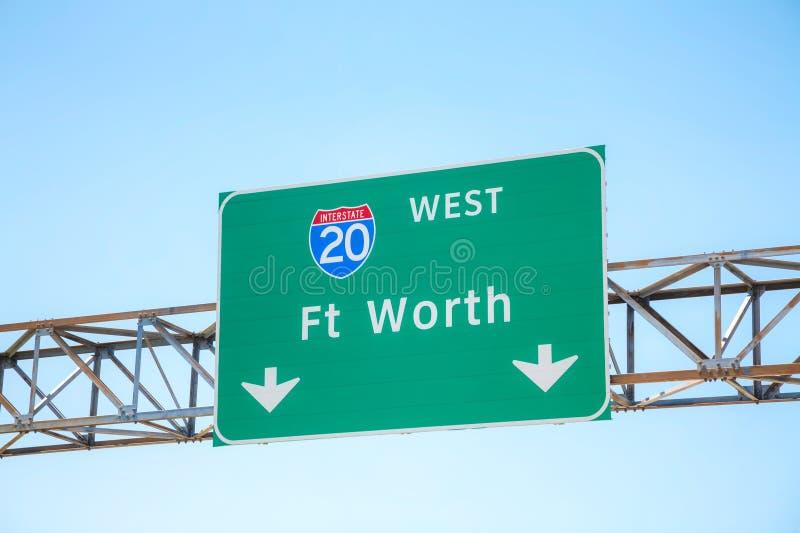 Vägmärke med riktningen till Fort Worth arkivbild