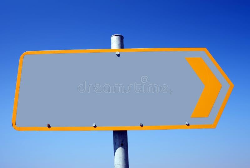 Vägmärke med tomt utrymme och blå himmel i bakgrunden royaltyfria foton
