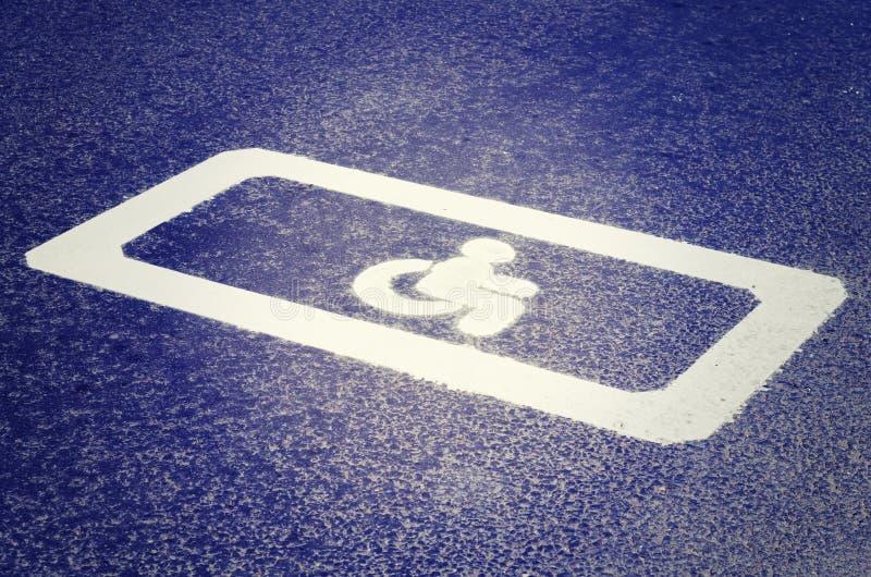 Vägmärke på asfaltvägen ogiltigt royaltyfri fotografi