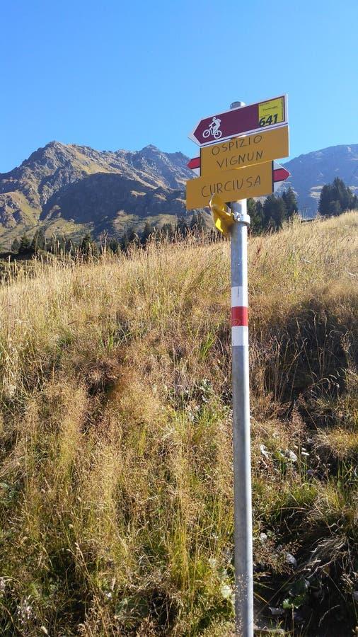 Vägmärke på ett schweiziskt berg arkivfoto