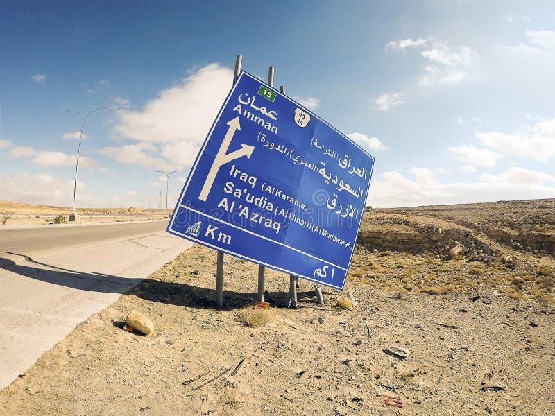Vägmärke på huvudväg 15 i Jordanien, Mellanösten arkivfoton