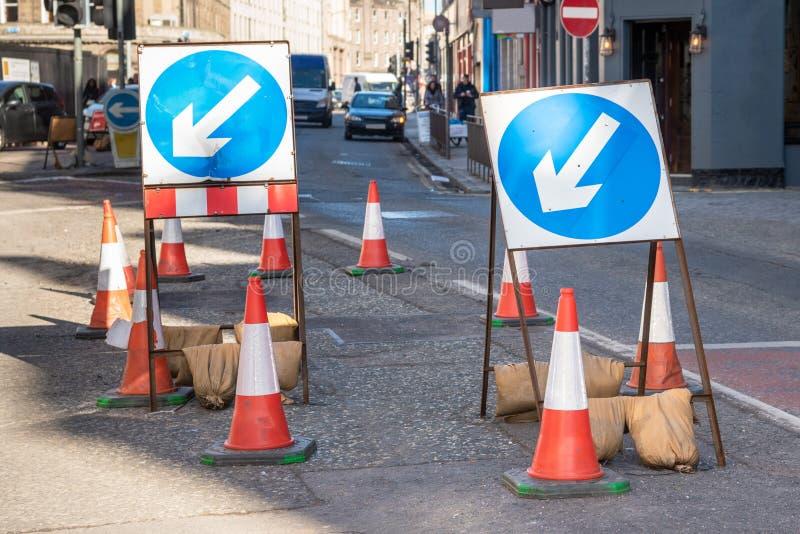 Vägmärke som blockerar delvis en stads- väg royaltyfria bilder