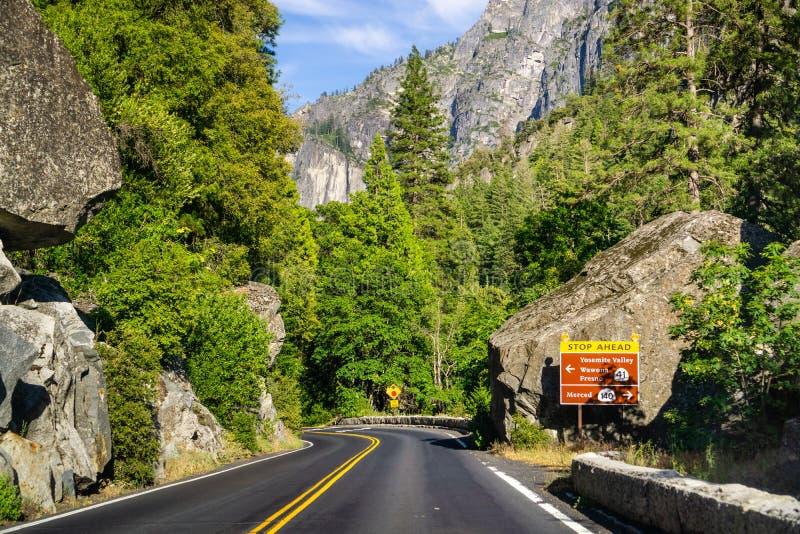 Vägmärke som postas på huvudväg 120 med stoppet framåt varna och riktningar; Yosemite nationalpark, Sierra Nevada berg, royaltyfria foton