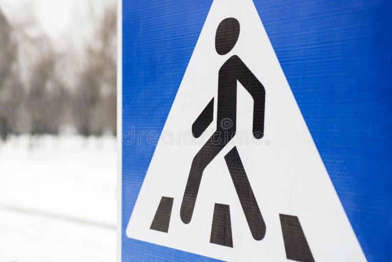 Vägmärkegångare Fot- transporttrafiktecken Övergångsställe vägmärke Blått metalliskt tecken med en dragen gå man royaltyfri bild
