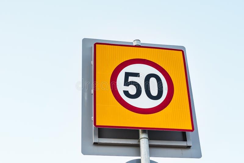 Vägmärkehastighetsbegränsning till 50 arkivfoton