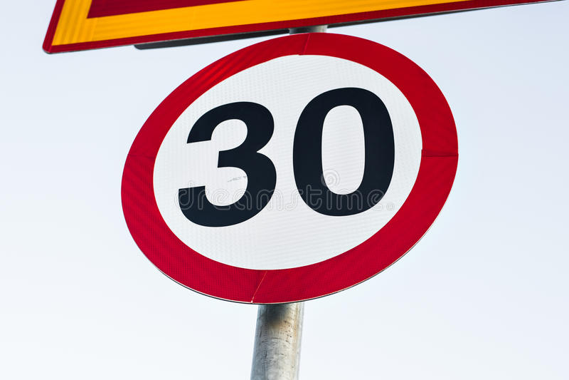 Vägmärkehastighetsbegränsning till 30 arkivfoto