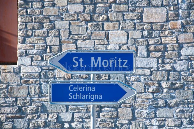 Vägmärken som indikerar St Moritz och Celerina arkivfoto