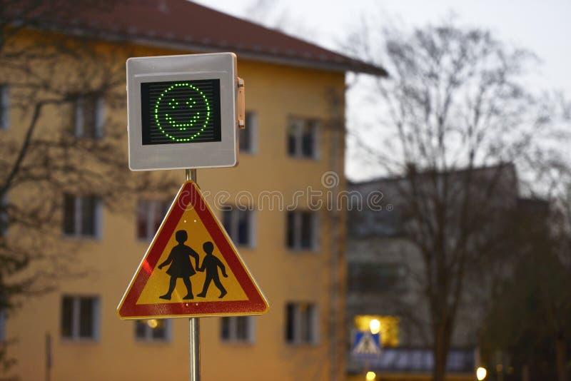 Vägmärkeskola och hastighetskontroll arkivfoton