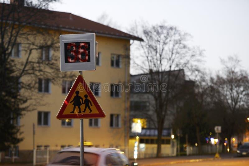 Vägmärkeskola och hastighetskontroll med en indikering arkivbild