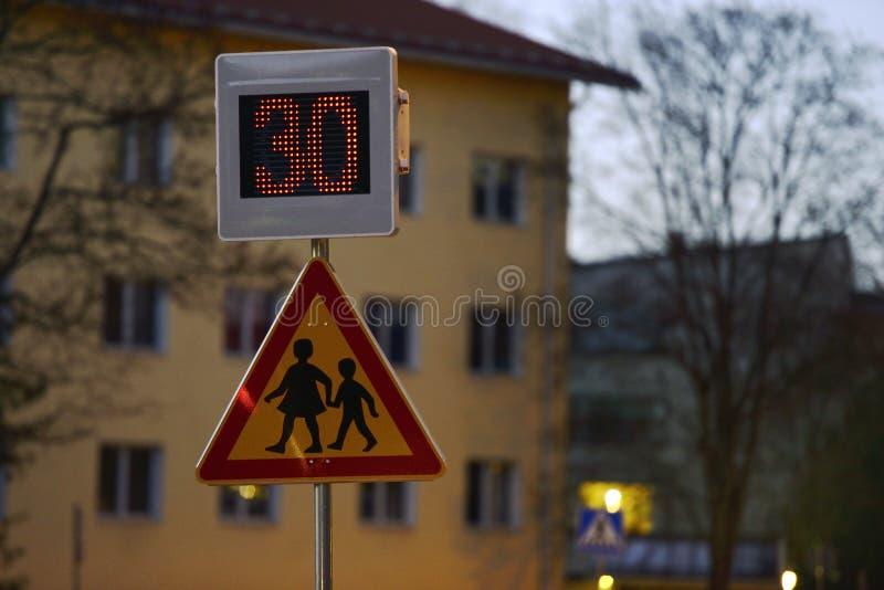 Vägmärkeskola och hastighetskontroll med en indikering royaltyfri bild