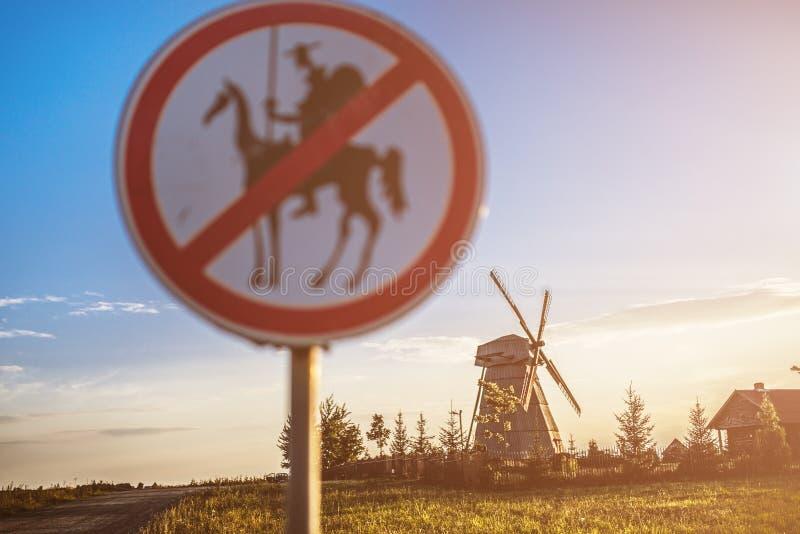 Vägmärket förbjuder Don Quixote royaltyfri foto
