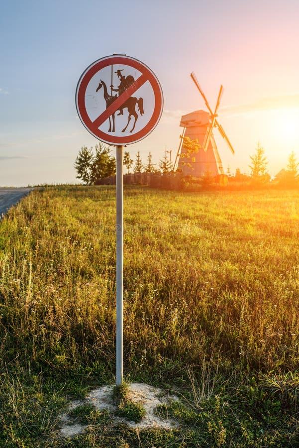 Vägmärket förbjuder Don Quixote royaltyfria bilder