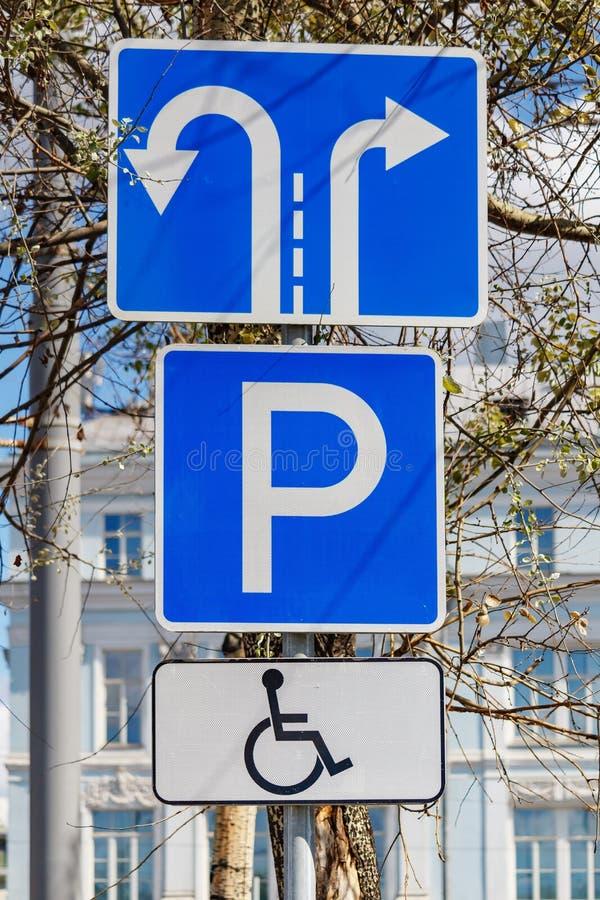 Vägmärket inaktiverade endast att parkera endast på stadsgatacloseupen i solig dag royaltyfri bild