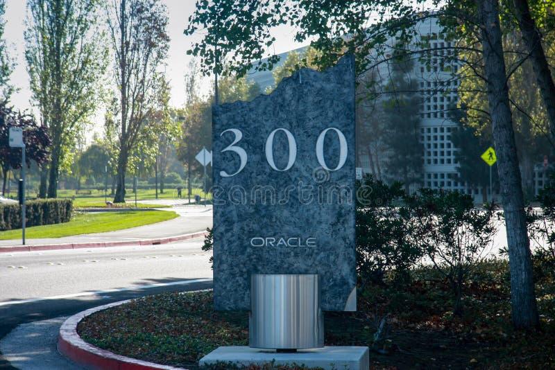 Vägmärket på ingången till den Oracle universitetsområdet arkivfoto