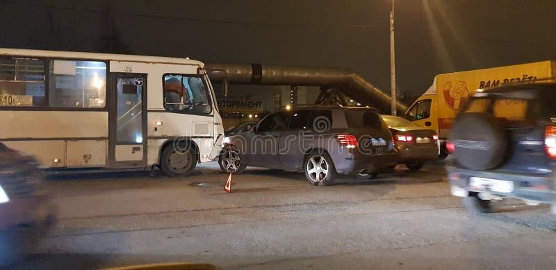Vägolycka med en buss och en bil på vägen arkivbild