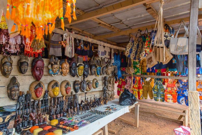 Vägrenkonståterförsäljare längs en gata i Västafrika för Yamoussoukro Elfenbenskustskjul D 'Ivoire royaltyfri foto