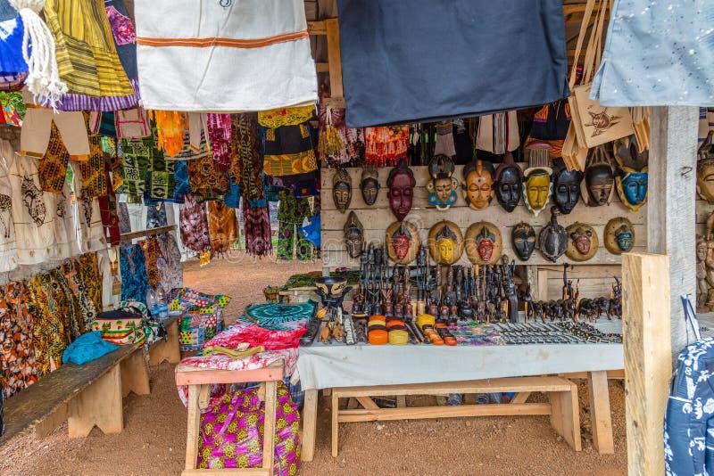 Vägrenkonståterförsäljare längs en gata i Västafrika för Yamoussoukro Elfenbenskustskjul D 'Ivoire royaltyfri bild