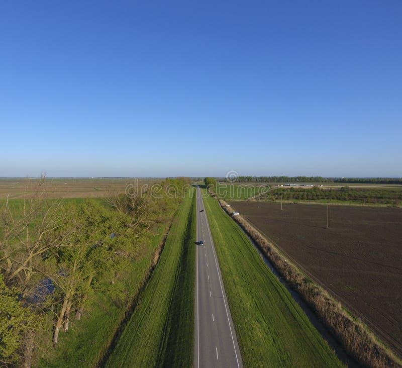Vägrutt En sikt från ovannämnt på engränd väg i en landsbygd för bildandeväg för asfalt detaljerad struktur för personal för fyrk royaltyfri bild