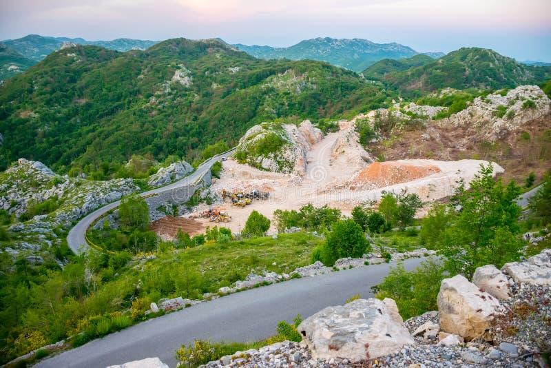Vägservice bär ut att lägga och reparationen av bergvägen arkivfoton