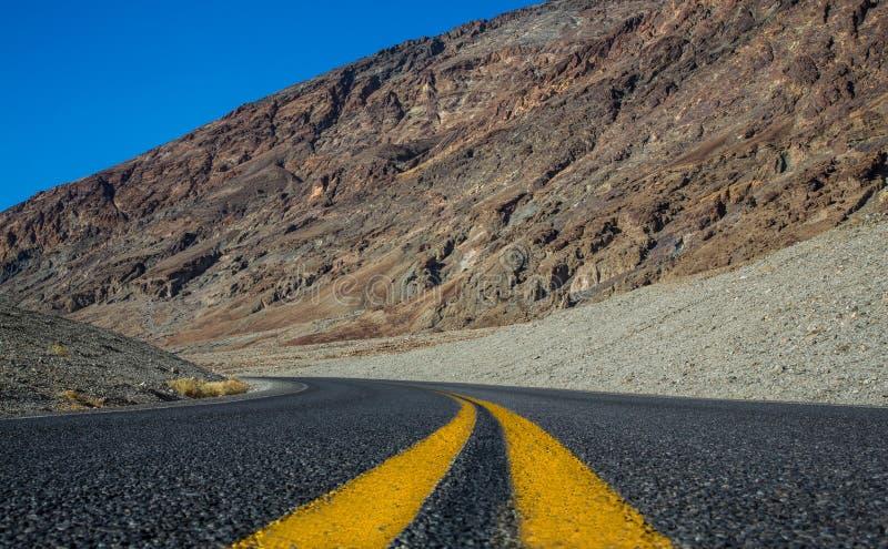 Vägsikt i den Death Valley nationalparken arkivbilder