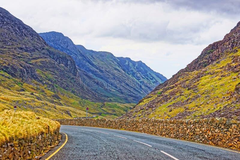 Vägsikt till berg i den Snowdonia nationalparken royaltyfria bilder