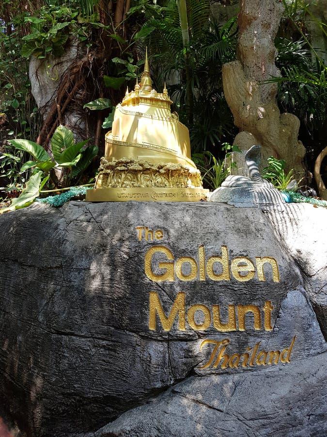 Vägsten med det guld- berget för beteckning i Bangkok Thailand arkivbild