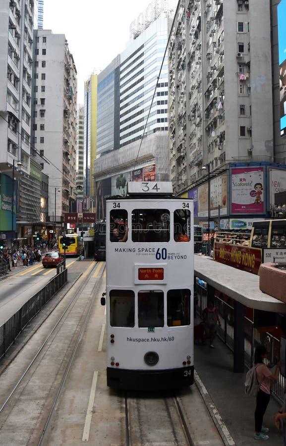 Vägtrafik, dubbel spårvagn och skyskrapor på Hong Kong Island arkivfoto