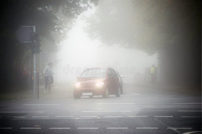 Vägtrafik i dimman royaltyfri bild