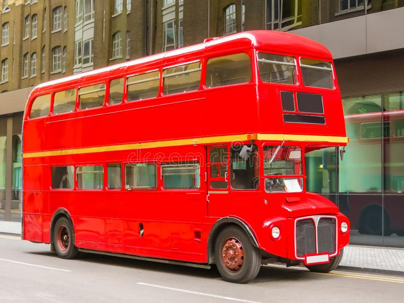 Vägtrafik i London Röd dubblett Decker Bus på gatan av London, UK arkivfoto