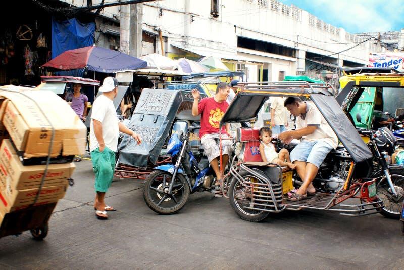Vägtrafik i Manila, Filippinerna, med de typiska tuktuksna royaltyfri foto