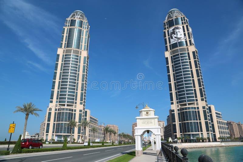 Vägtrafik i Pärla-Qatar i den Doha staden, Qatar royaltyfri fotografi