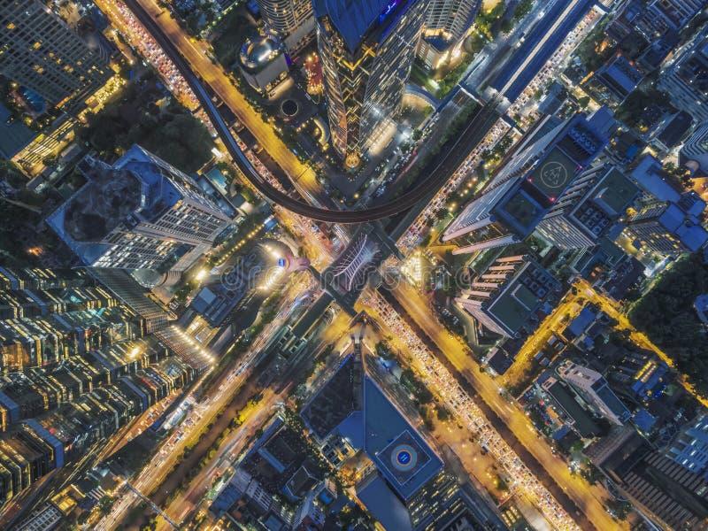 Vägtrafik i stad på Thailand arkivbild
