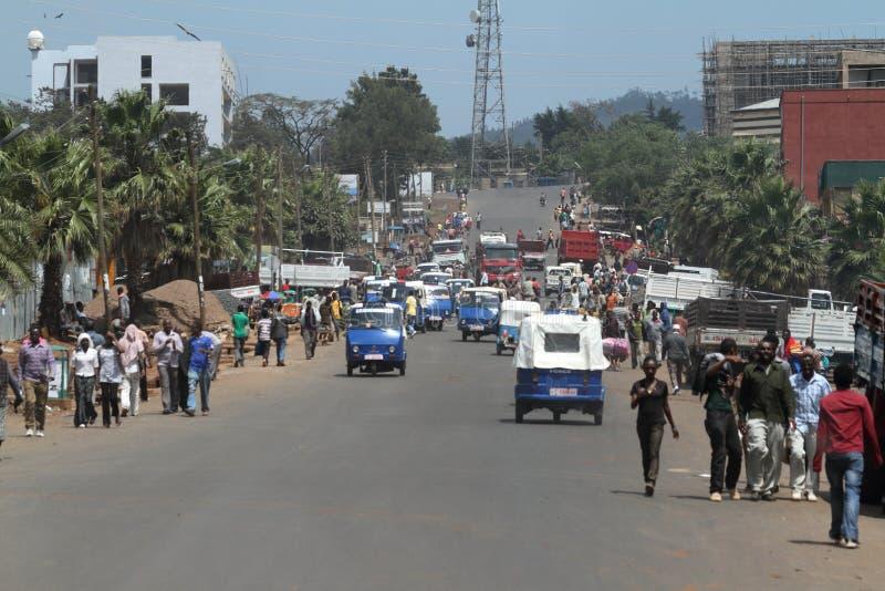 Vägtrafik och gångare i Etiopien royaltyfria foton