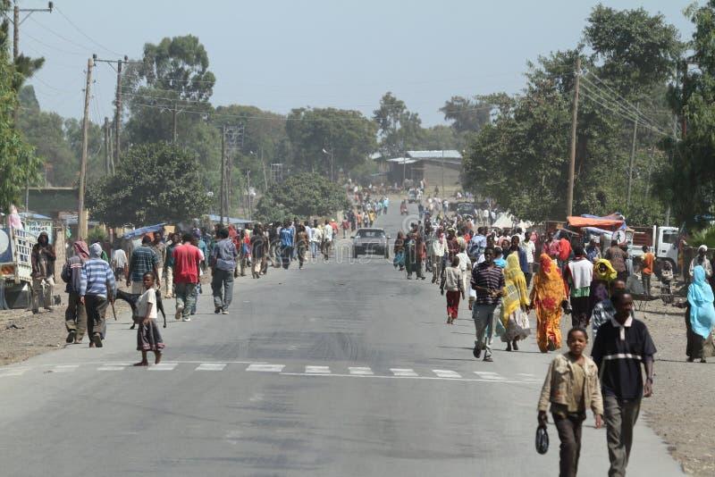 Vägtrafik och gångare i Etiopien royaltyfri fotografi