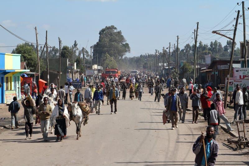 Vägtrafik och gångare i Etiopien arkivbild