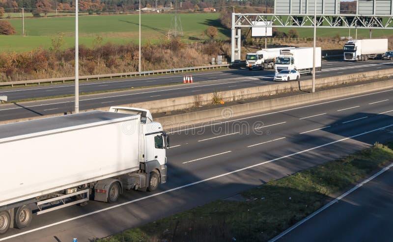 Vägtransport - lastbilar i trafik på motorwayen royaltyfri bild